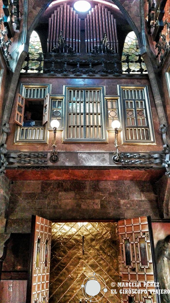 El gran salón del Palau Güell con la capilla