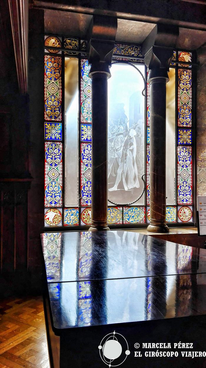La luz entrando por las vidrieras del Palau Güell