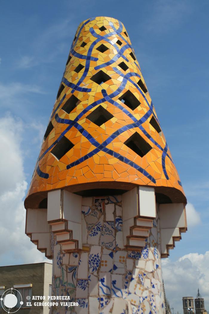 Una de las chimeneas de la terraza del Palau Güell