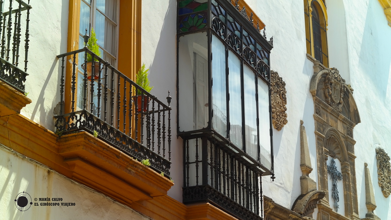 Las fachadas de las casas sevillanas tienen mucho que contarles a los viajeros giroscópicos