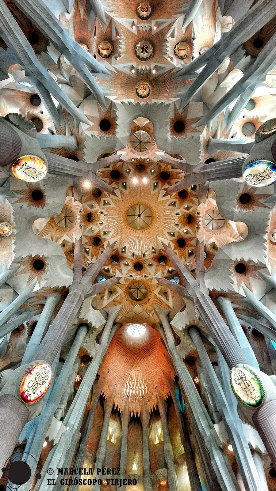 Aquí se aprecian hiperbolides y parabolides, técnicas desarrolladas por Gaudí como gran aporte arquitectónico