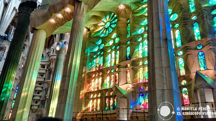 Enormes ventanales con vitrales que proyectan una hermosa luz irisada en el interior