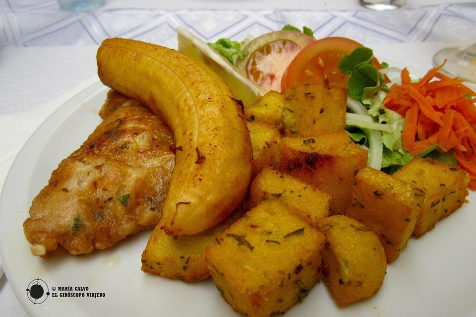 Delicioso plato de pez espada, maíz frito y plátano, típico de Madeira