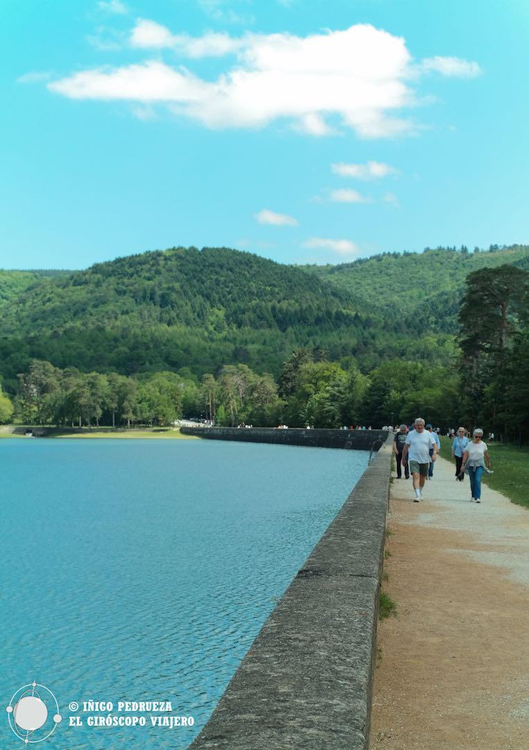 Gente por el paseo del Lago de Saint-Ferréol, donde se encuentra el sistema de alimentación del Canal, a 60 km al sureste de Toulouse.
