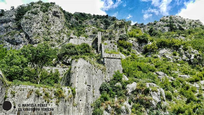 Las murallas de la ciudad de Kotor ascendiendo hacia el monte