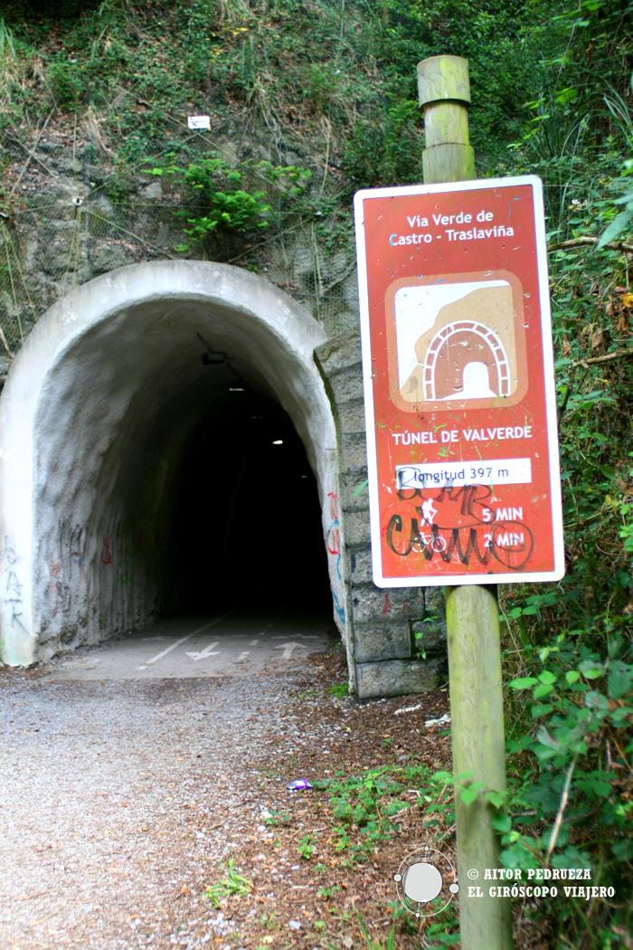 El túnel de la Vía verde que conduce al cargadero de Dicido en Mioño