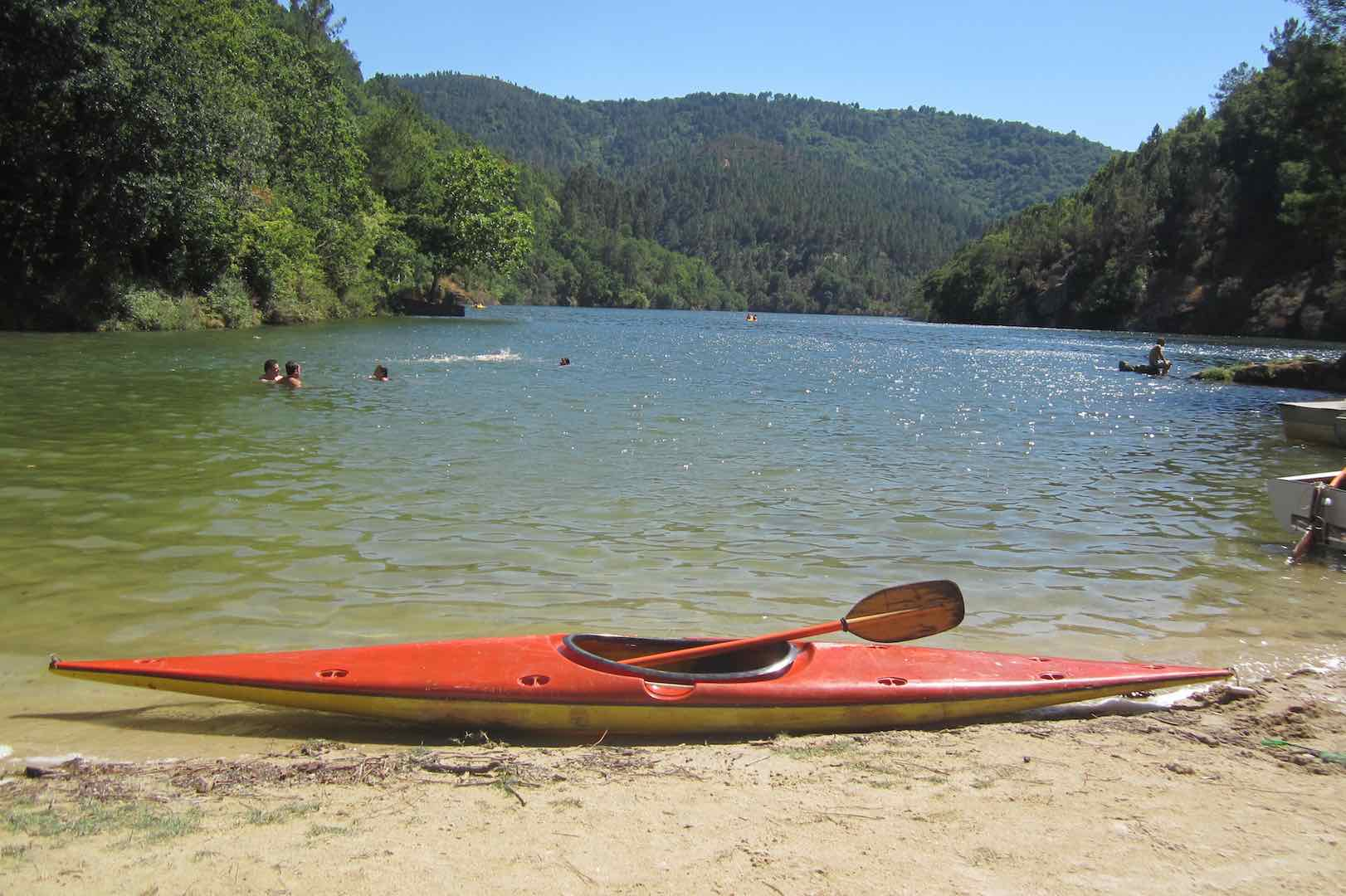 Preparado el kayak para dar una vuelta por el Miño