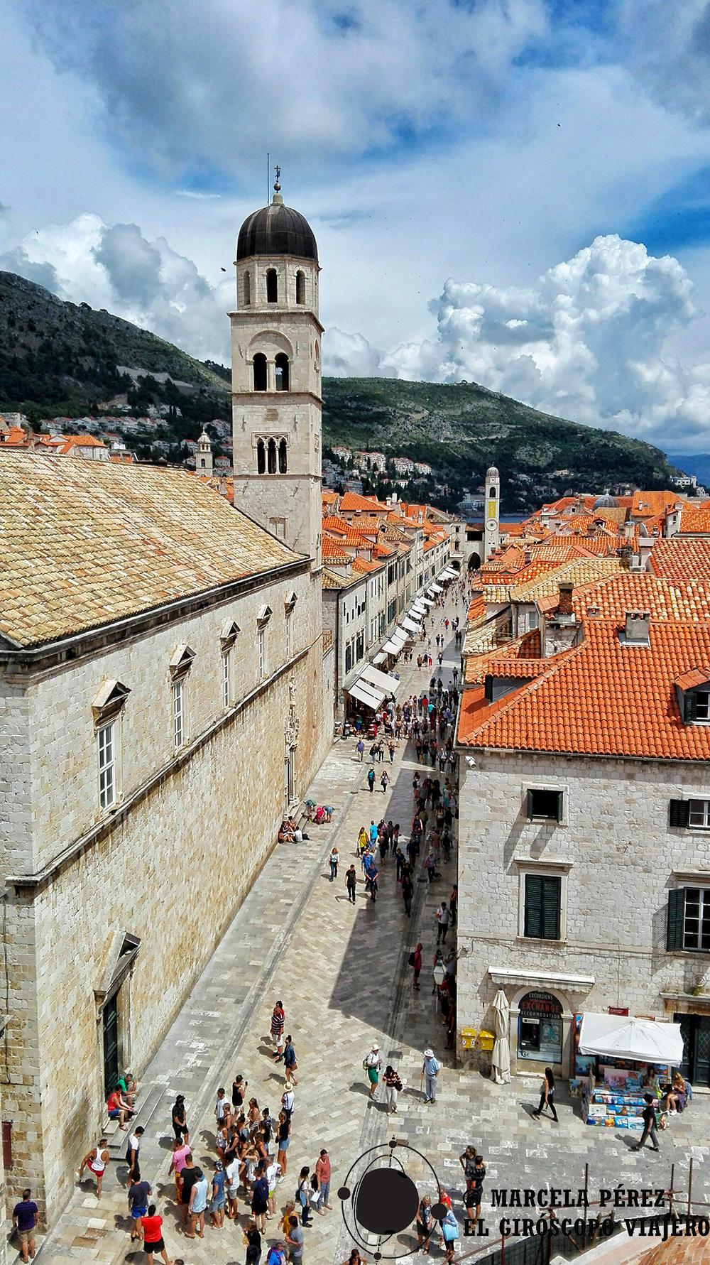 Vista de la Stradun con el Campanario de Dubrovnik en primer plano y al fondo la Torre de la Campana del Monasterio