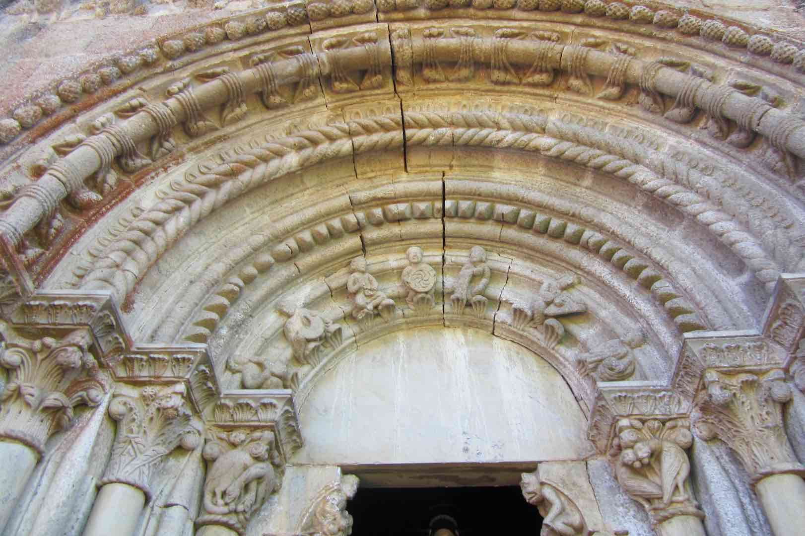 Magnífica la portada de la iglesia románica de San Estevo de Ribas de Miño