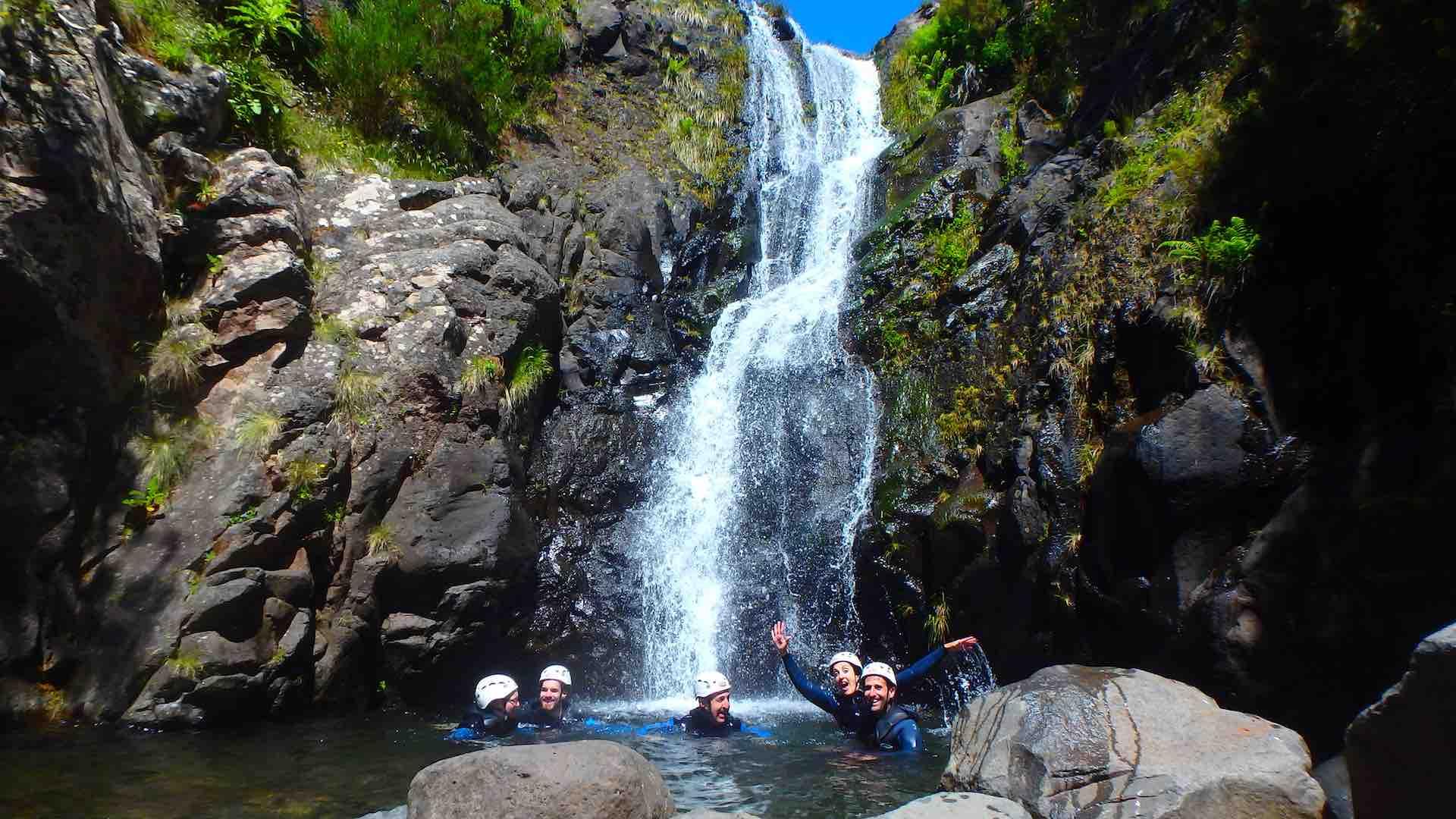 Un último baño ante la estupenda cascada por la que descendimos. ©