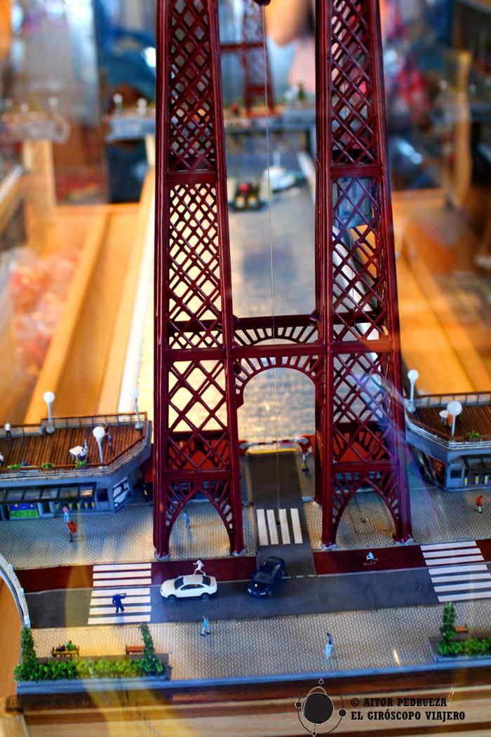 Maqueta del puente colgante en la tienda