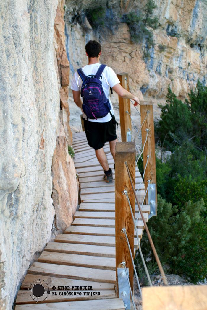 Descenso de las pasarelas de Montfalcó bien sujetos a la piedra
