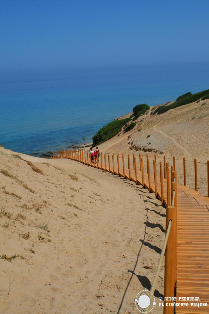 Pasarela hacia la playa de Scivu