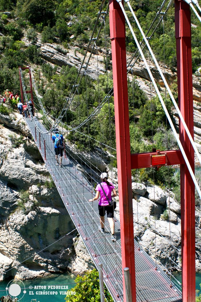 El puente rojo que divide Aragón de Cataluña