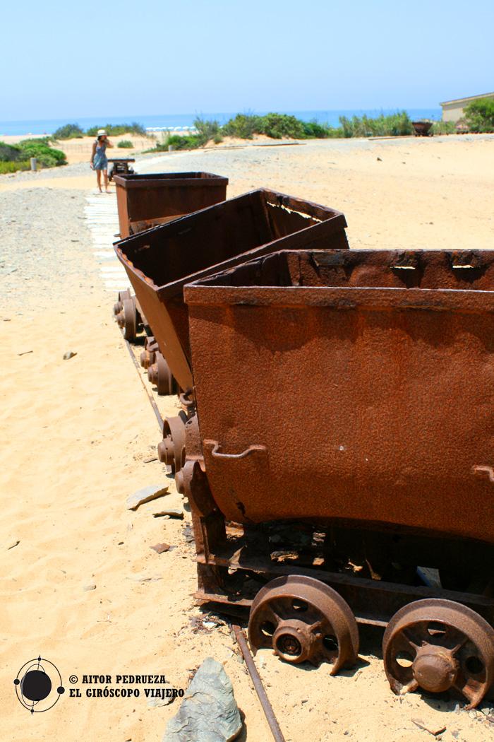 Vagonetas en la playa de Piscinas