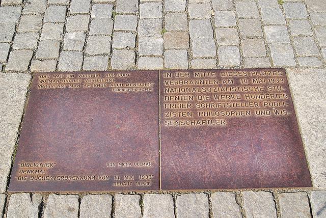Placa que recuerda la quema de libros de 1933.