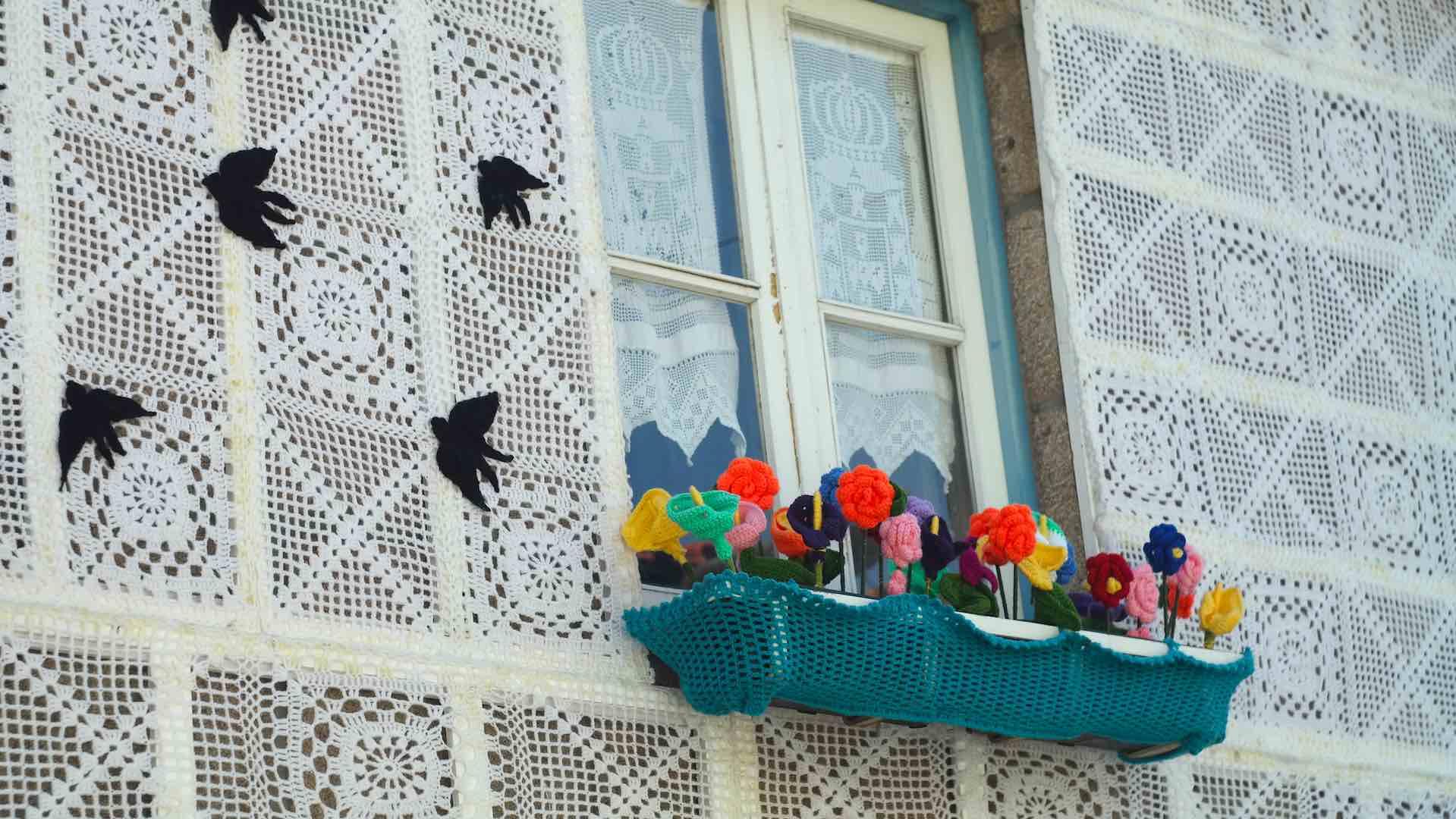 Fascinantes golondrinas y flores de ganchillo