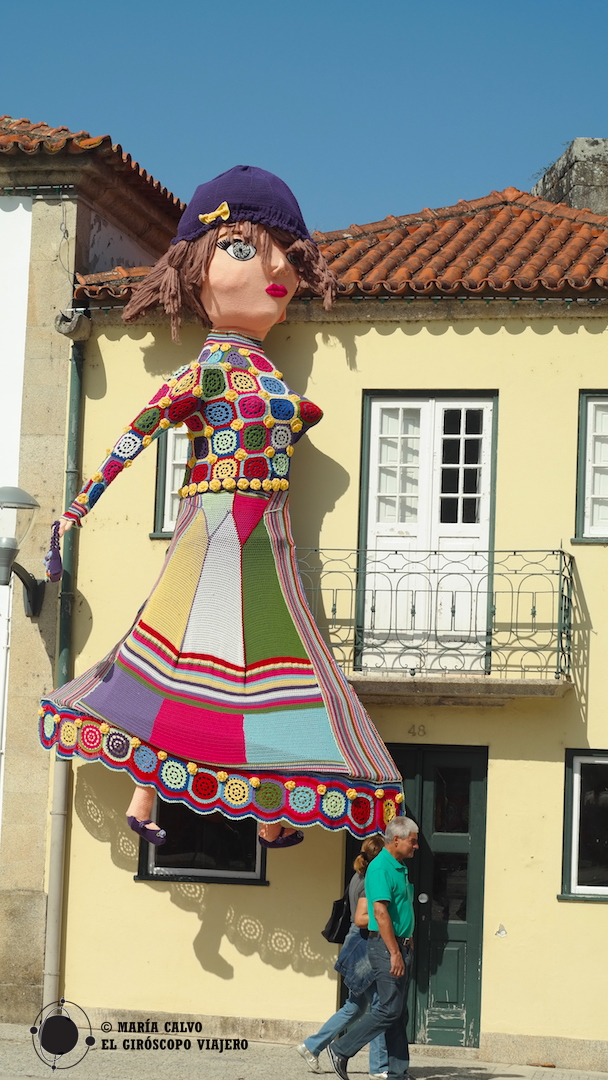 """Esta espectacular muñeca hecha de ganchillo nos da la bienvenida al evento """"O Crochet sai á rua"""""""