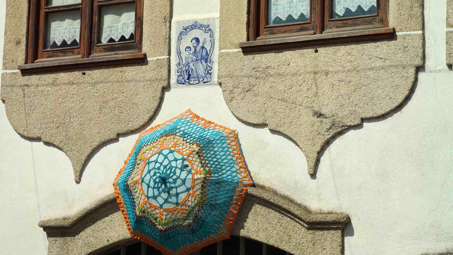Una sombrilla de crochet engalana esta fachada ya de por sí bella