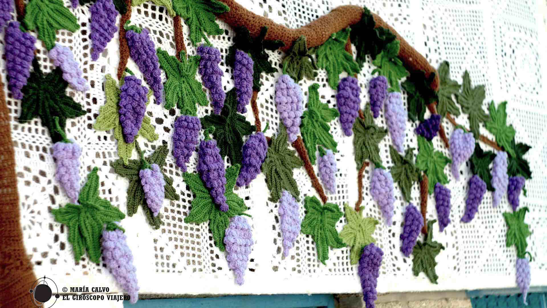Espectaculares uvas cuelgan de una parra de crochet