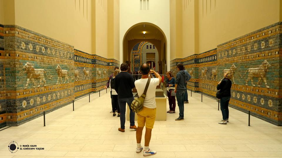 En la avenida procesional de la Puerta de Ishtar, Pergamonmuseum, Berlín