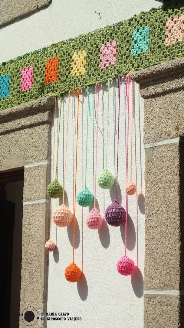Bolas de colores cuelgan de cenefas de ganchillo