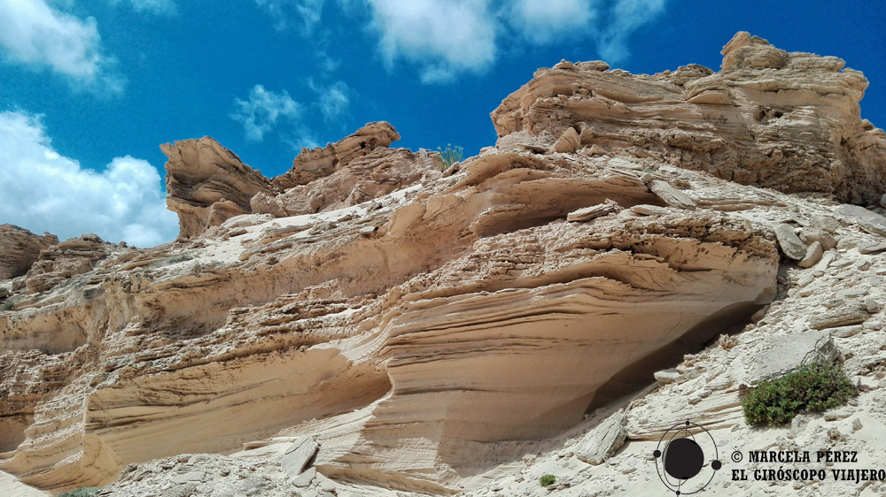 formaciones rocosas en el escenario de las dunas