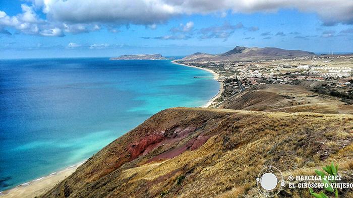 Bella panóramica de la playa de arenas doradas y tonalidades turquesas