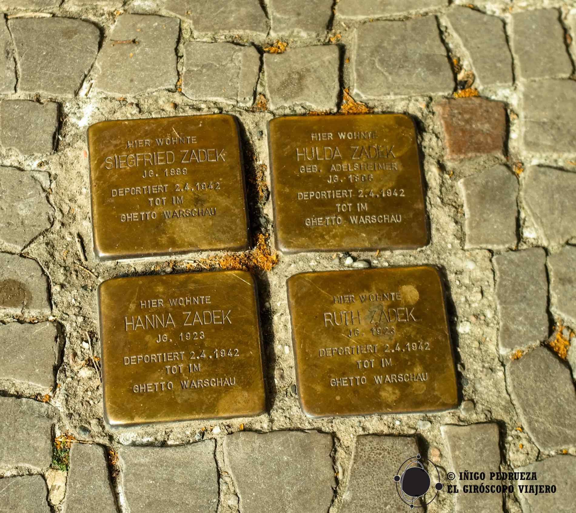 Pequeños memoriales como estos se encuentran en todas las calles, en todas las aceras de esta ciudad asesinada y renacida. ©Iñigo Pedrueza.