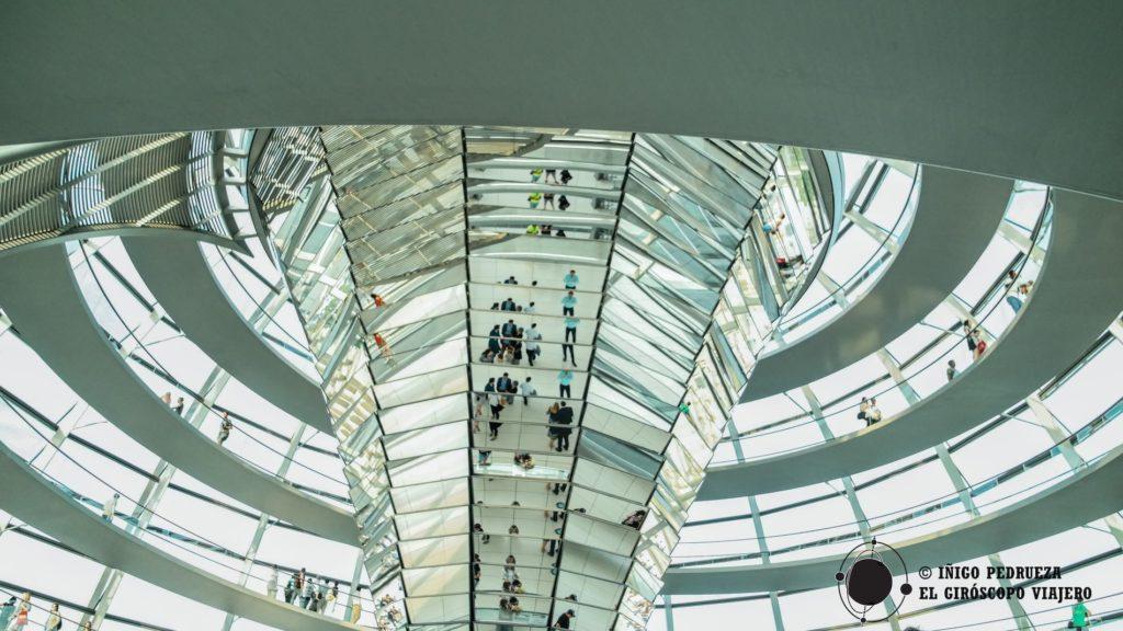 Cúpula del Parlamento alemán, el Bundestag, otro edifico cargado de historia y modernidad. ©Iñigo Pedrueza.
