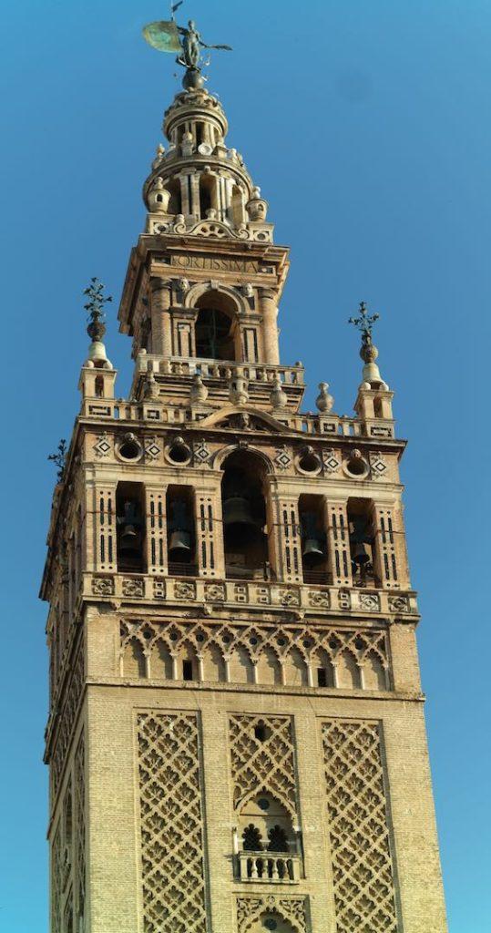 """El """"Giraldillo"""" en lo alto de la torre"""