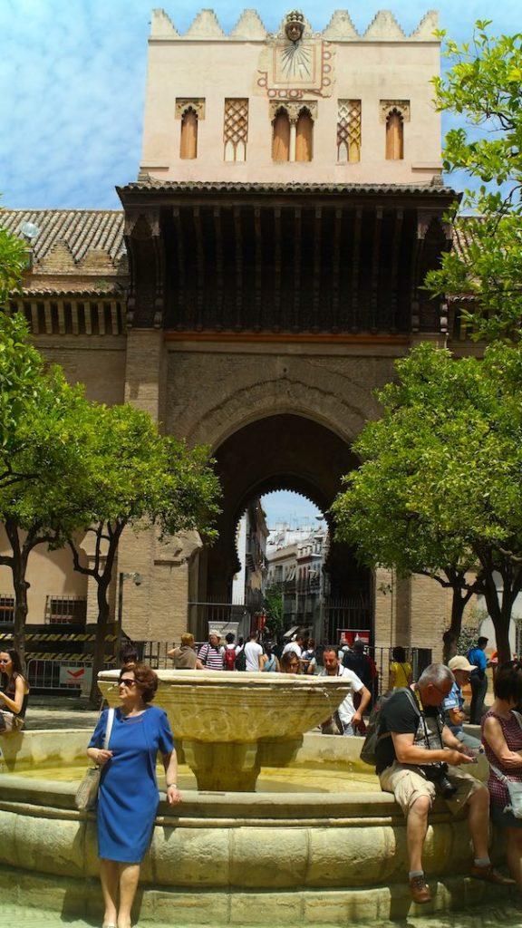 La belleza del Patio de los Naranjos, al fondo la Puerta del Perdón