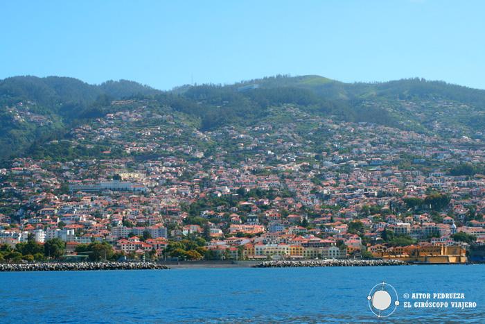 Vistas de Funchal desde el barco
