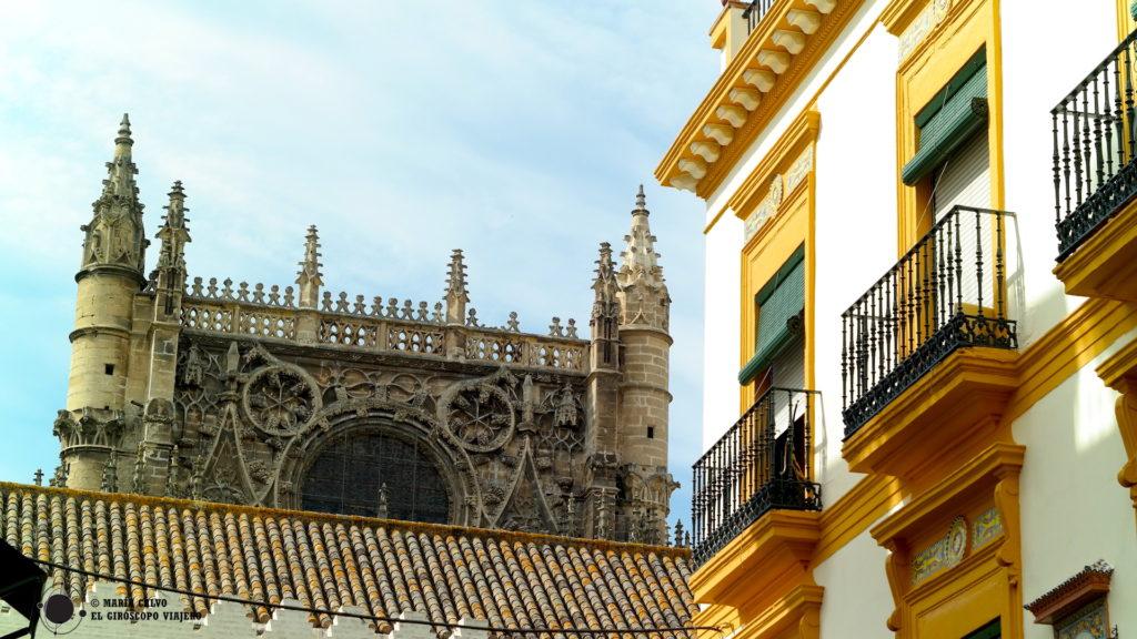 La belleza de la catedral de Sevilla en la ciudad de color