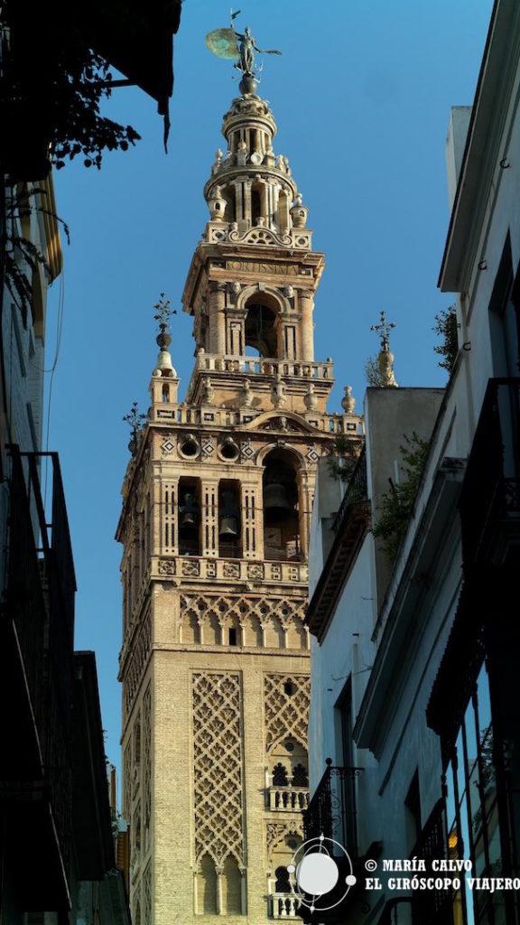 La Giralda asoma entre las calles de Sevilla