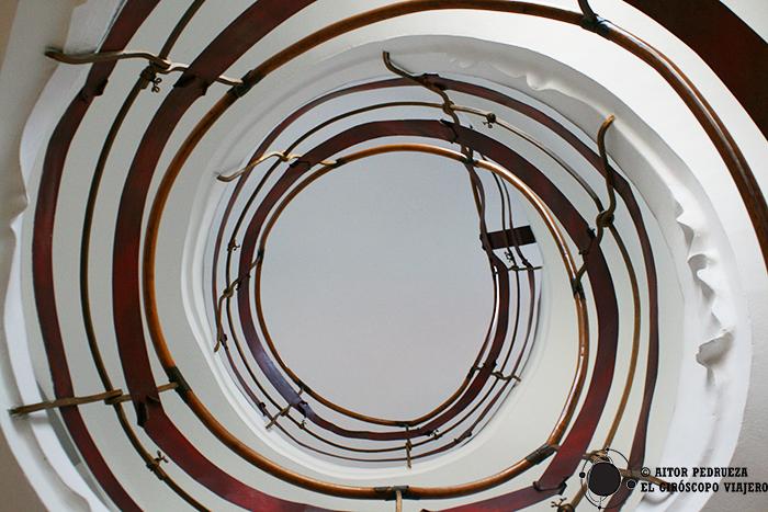 Escalera de caracol con el detalle del relieve en el....
