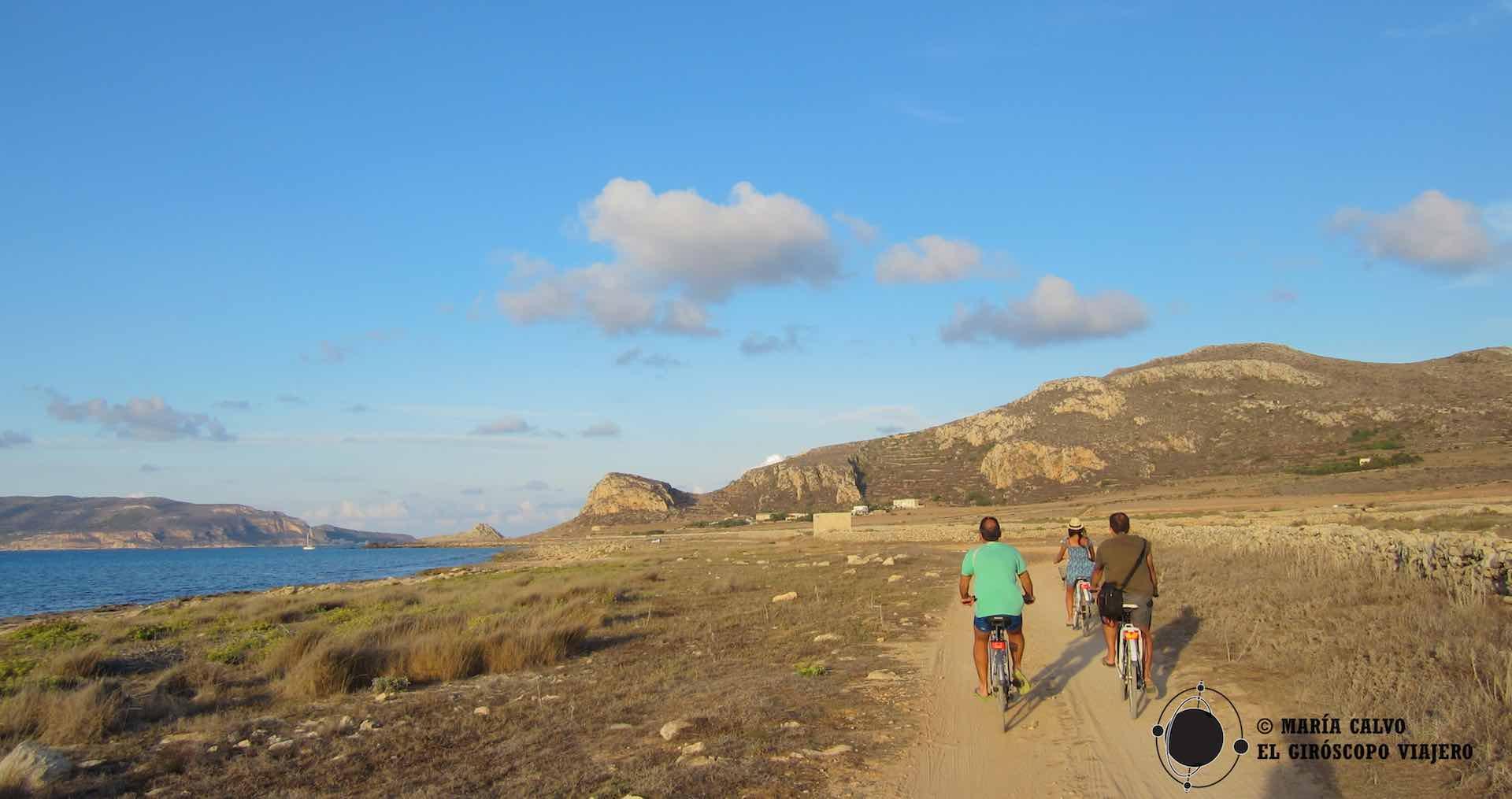 Viajeros giroscópicos en sus velocípedos