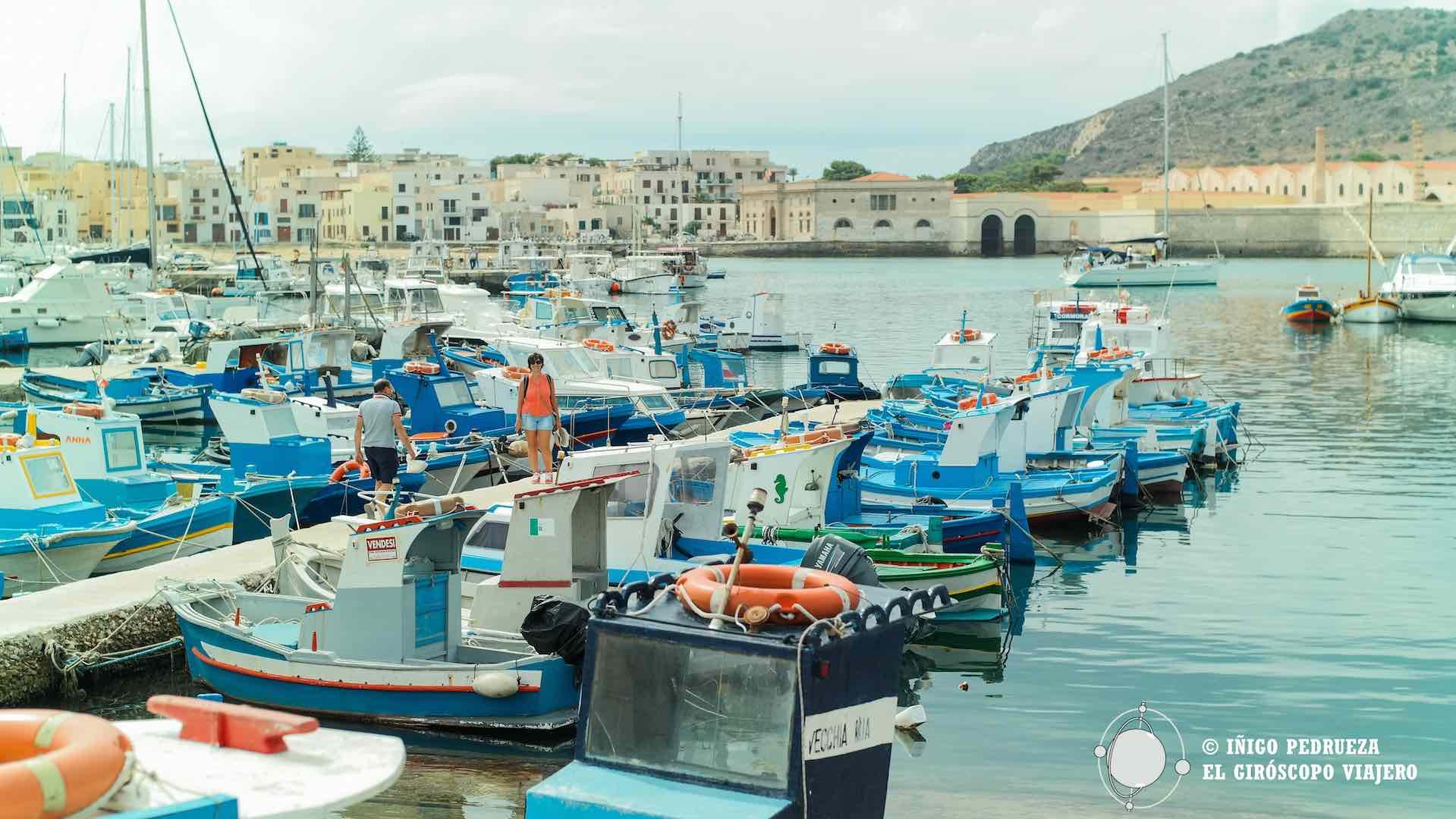 Favigana: llegada al puerto y tonnara al fondo
