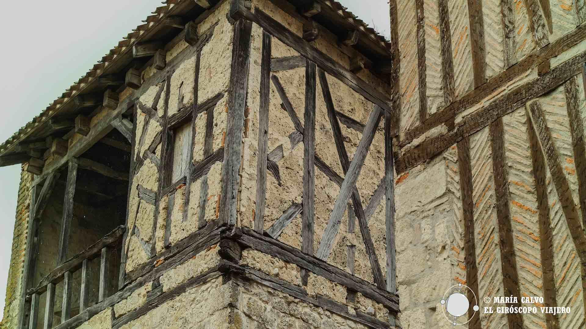 """Fachadas entramadas (""""à colombages"""") en las calles de Lauzerte"""