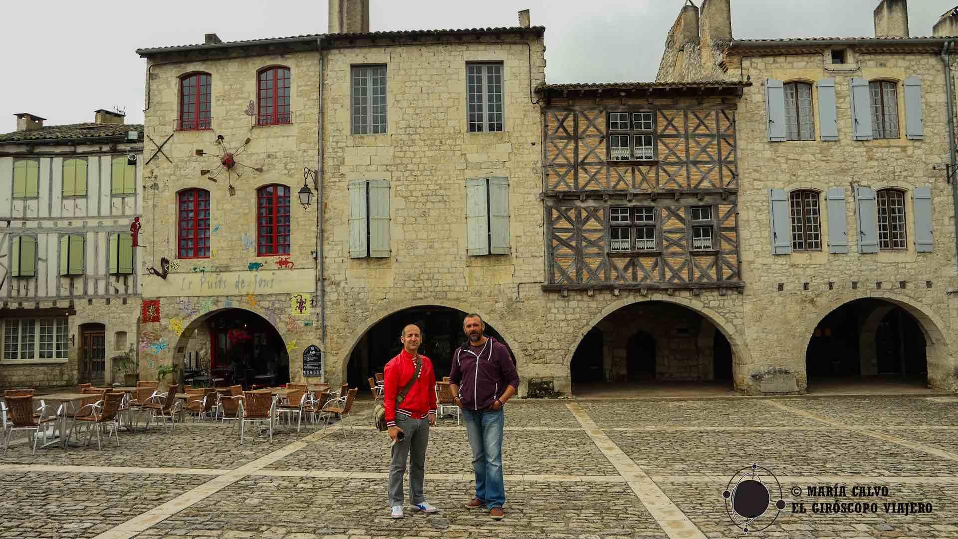 De nuevo en la plaza medieval de Lauzerte con nuestro guía William