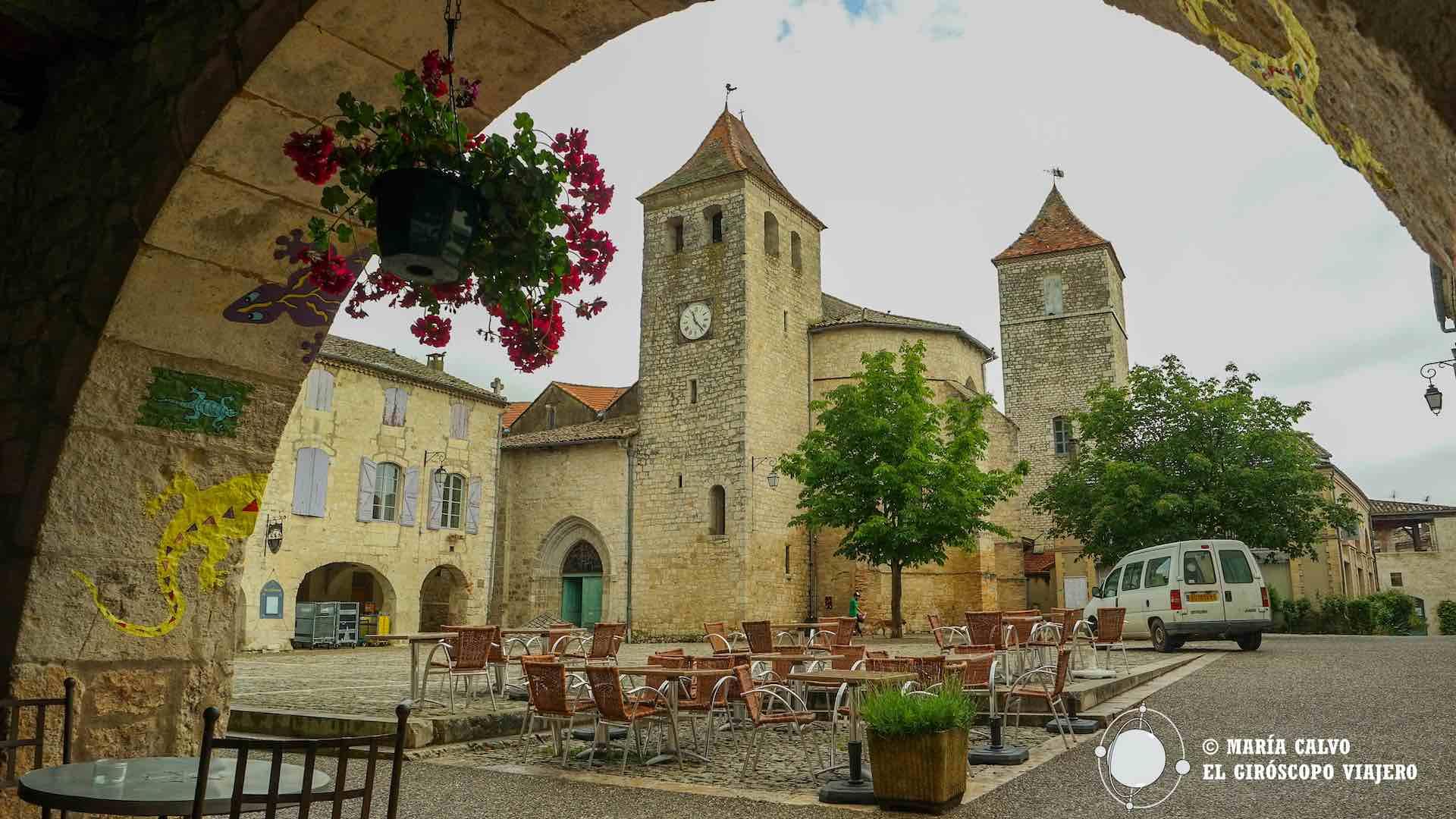 Tras los soportales la place des Cornières, la iglesia de St-Barthélemy