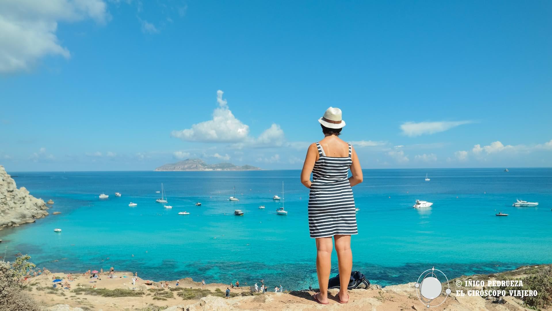 Contemplando el azul de Cala Rossa, una de las playas más bellas de Italia