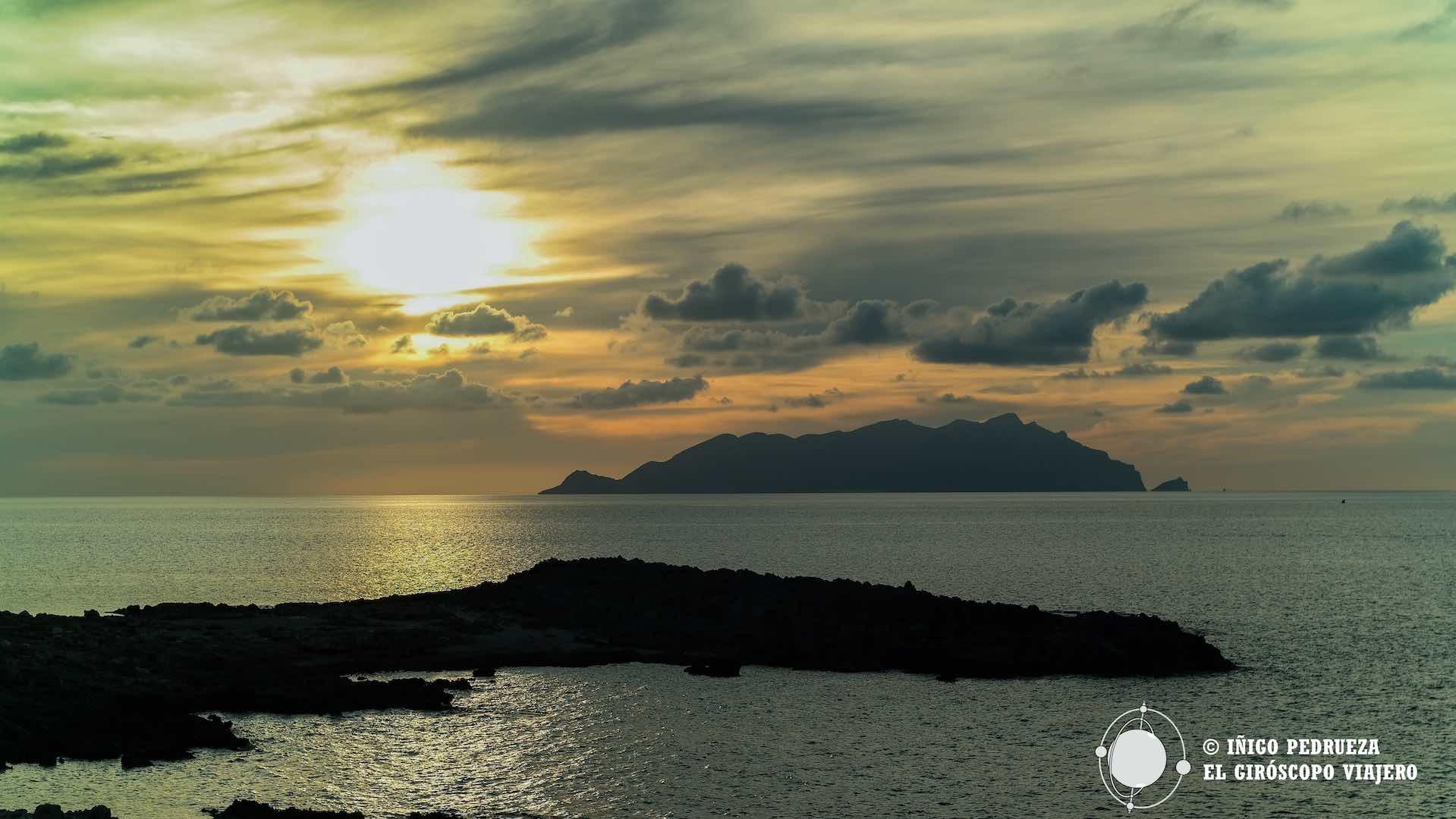 Atardecer en Cala Faraglione, frente a la isla de Levanzo, otra de la islas Egades