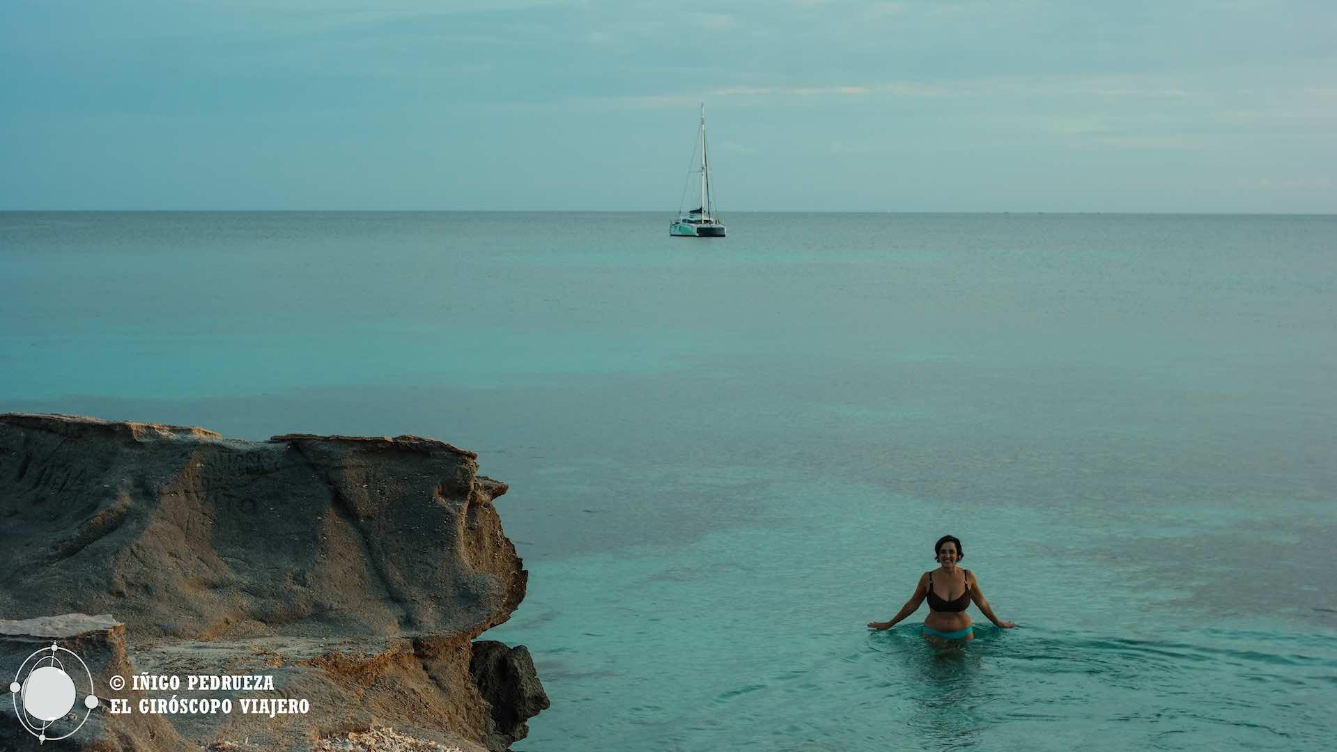 Baño en el atardecer de la isla de Favignana