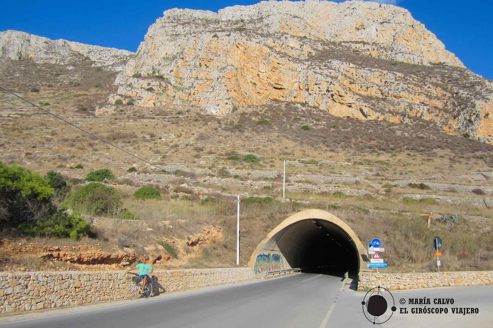 El túnel que nos lleva al lado oeste de Favignana. En la cima está la Fortaleza de Santa Catarina