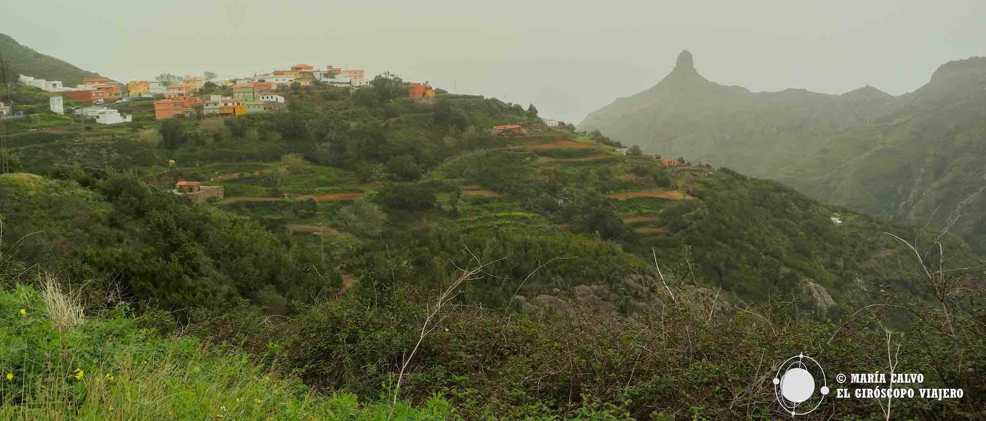 El pueblo de las Carboneras con sus casas de colores, huertas bancales y el extraño monte al fondo conocido como Cabezo Tenejía