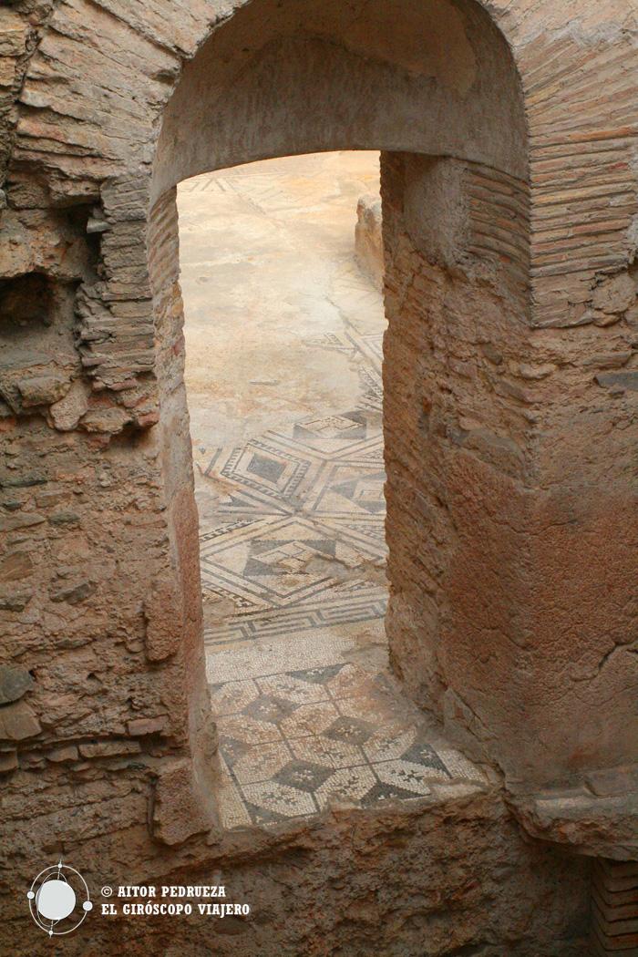 Edificio de las termas con mosaicos adornando el pavimento