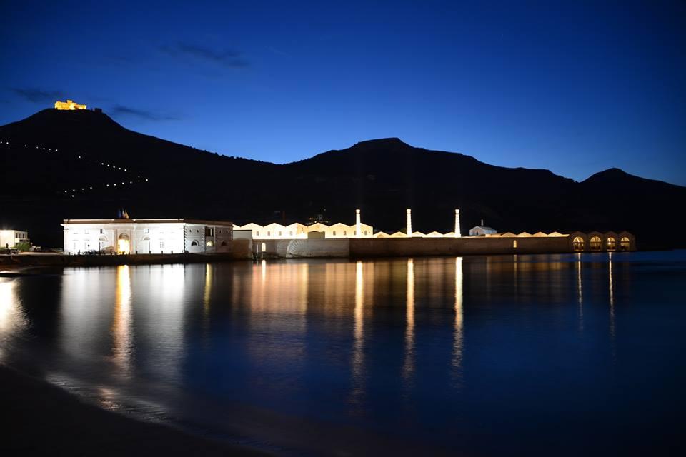 Magnífica fotografía de la Tonnara de Favignana por la noche. La fortaleza de Santa Catarina en lo alto. ©Ex Stabilimento Florio delle Tonare di Favignana e Formica