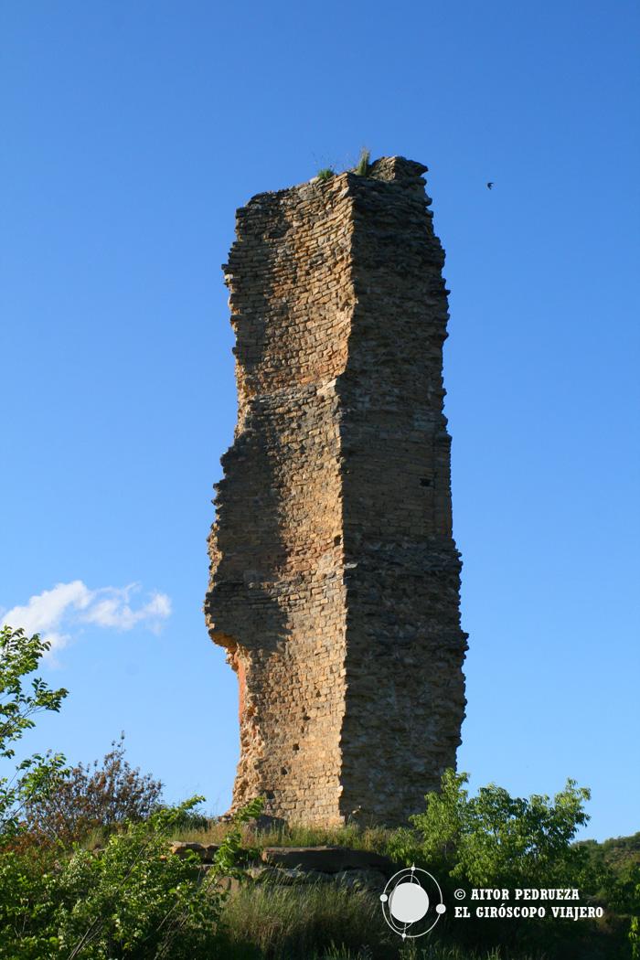 Parte de la torre frente a la colina del pueblo de Montañana