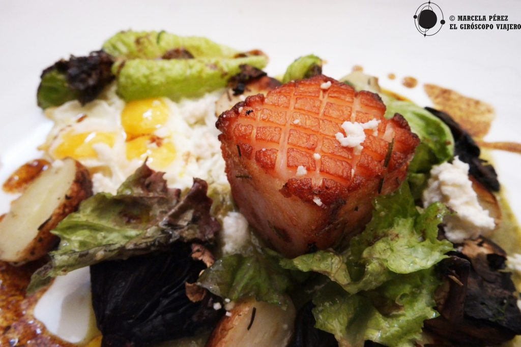 Especial del día: Huevos de codorniz servidos sobre espejo de mole verde panza de cuche (tocino) y Portobello... ¿Están salivando?